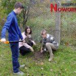 Uczniowie sadzą drzewa