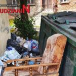 Podrzucają śmieci