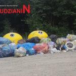 Dzikie wysypisko śmieci prawie w centrum wsi
